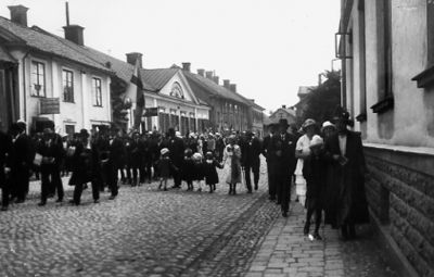 Skönbergagatan no. 19 (second house from the left) in the old days, where Lindros was born in 1906. Town of Söderköping, Östergötland province, Sweden. Borrowed from here.