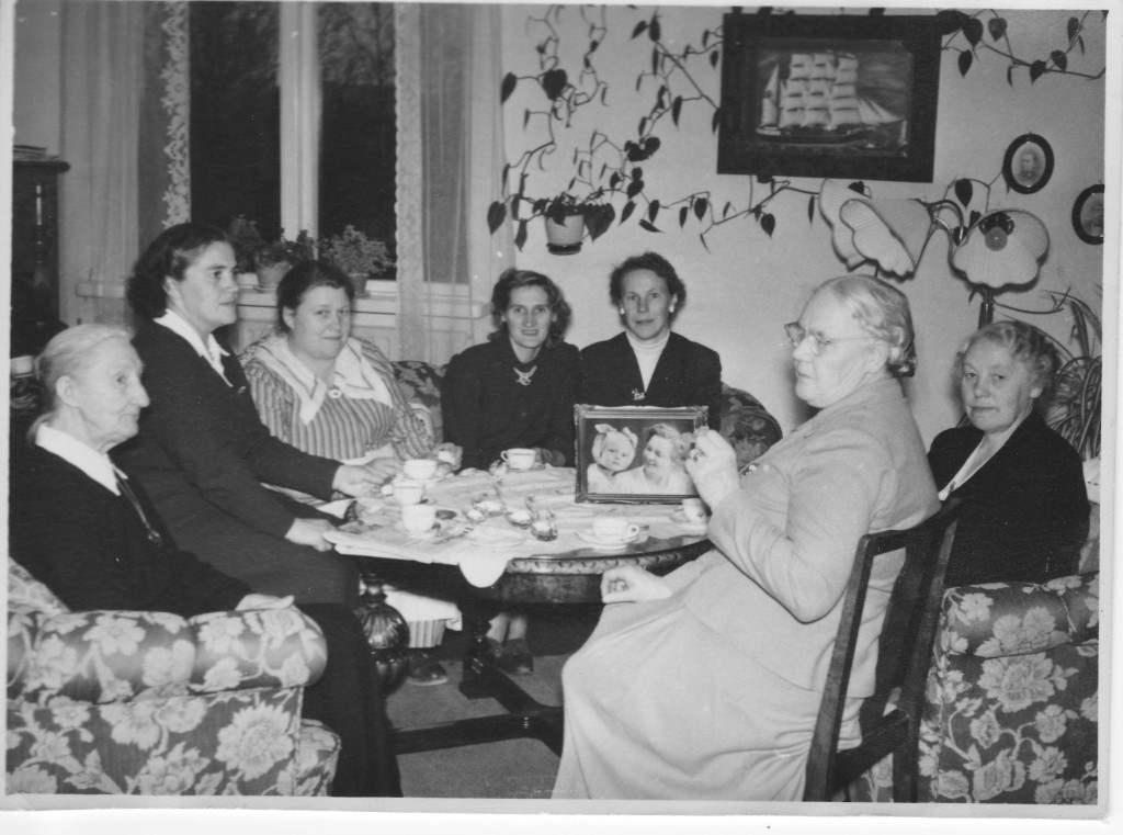 Karolina Lindros (to the left).