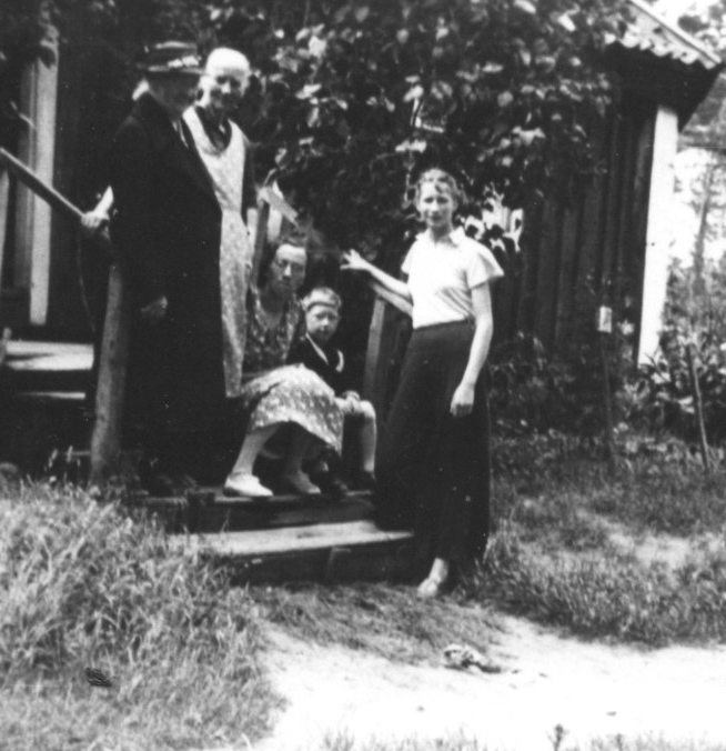 Karolina Lindros (to the left) at Nyagärde cottage, Halltorp, Småland province, Sweden. Source: Södermöre Hembygdsförening.