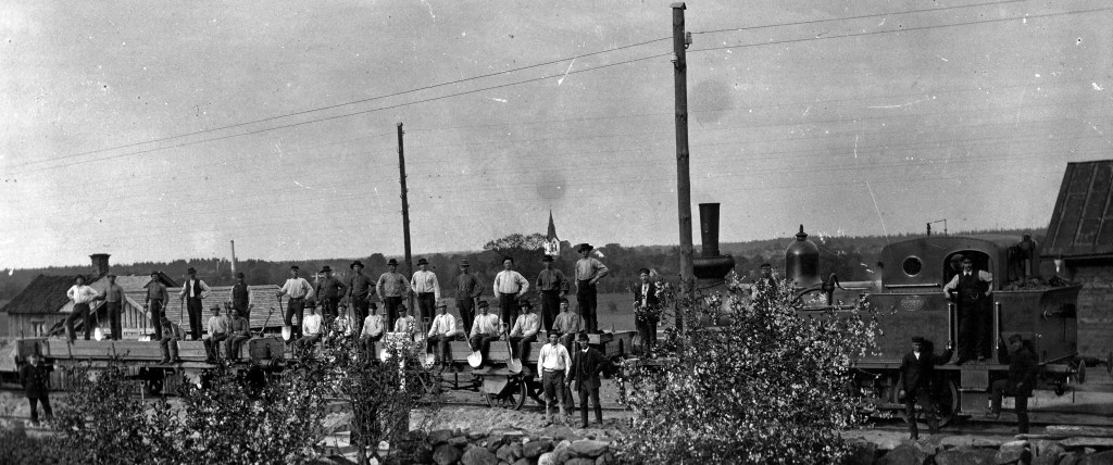 The track gang after finishing the last northern section of Skåne Småland's railroad (SSJ) in Värnamo in 1899. The C class locomotive SSJ no. 2 was built in 1894 by the workshop Helsingborg's Mekaniska Verkstad.