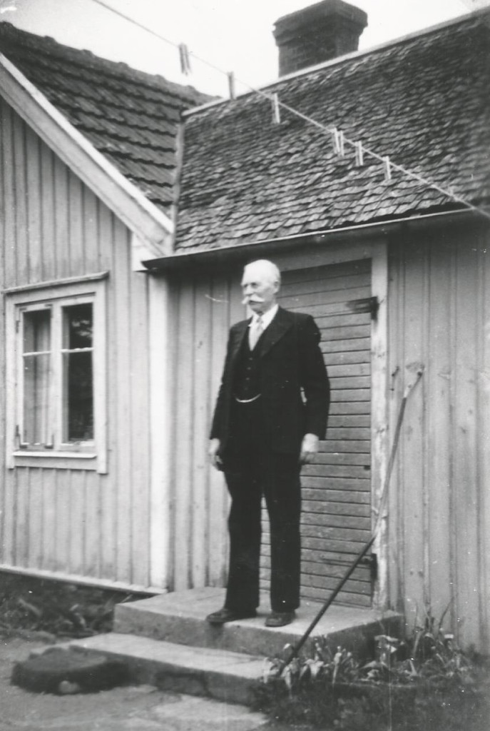 Karl Lindros celebrating his eighty-seventh birthday at a neighbor's house in 1961. Source: Södermöre Hembygdsförening, and private collection.